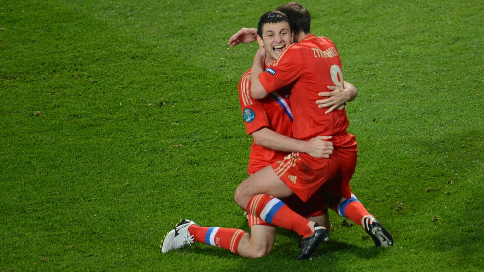Russian midfielder Alan Dzagoev (L) cele