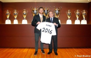 Foto de la presentación de la renovación de Xabi Alonso (Fuente www.marca.com)