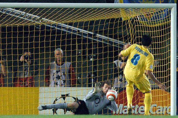 Momento en el que Riquelme falla el penalti ante Lehman (Foto: www.uefa.com)