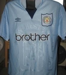 """La última camiseta """"skyblue"""" de Umbro en el 1997, con un escudo que como vemos, no tiene nada que ver con el actual."""