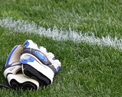 Soccer-Goalkeeper-Gloves-on-Grass