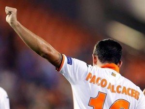Paco Alcácer celebrando un gol en la Europa League (Foto: @Alcacer_Fans)