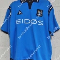 Diseñada por Le Coq Sportif, una camiseta mucho más azul que de costumbre . Año 2001.