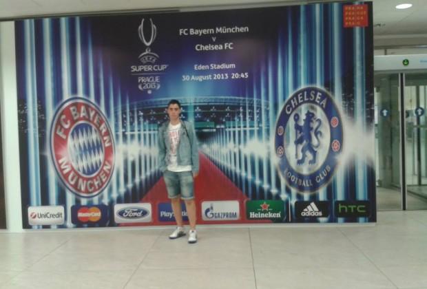 Foto con el cartel de la final en el aeropuerto de Praga. (Foto: propia)