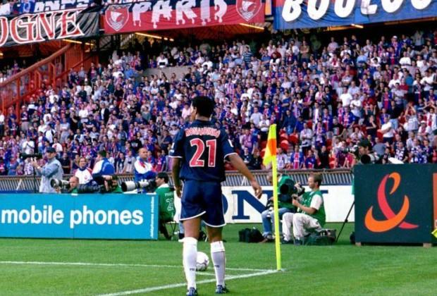 Ronaldinho en su primer año en París, justo antes de sacar un córner. (foto: http://sport24.lefigaro.fr/)