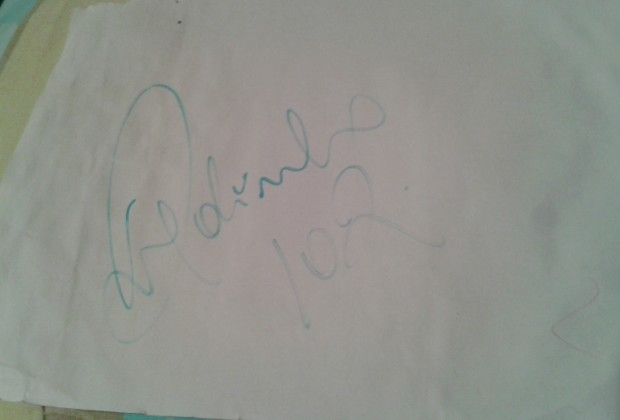 El papel con la firma de Ronaldinho, algo arrugado y mojado. (foto: propia)