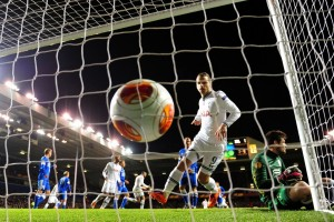 Gol que eliminaba el Dnipro en White Hart Line (mirror.co.uk)