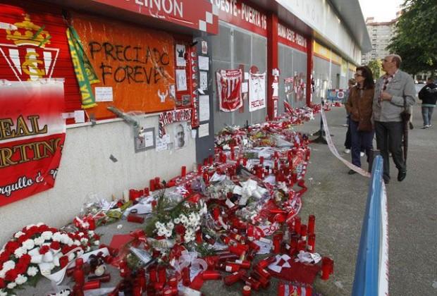 Homenaje de los aficionados en El Molinón tras conocer su muerte (Foto: footballscouting.com)