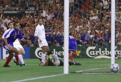 Gol de Wiltord para igualar en la final ante Italia (Foto: gentileza de mispeloterosfavoritos.blogspot.com)