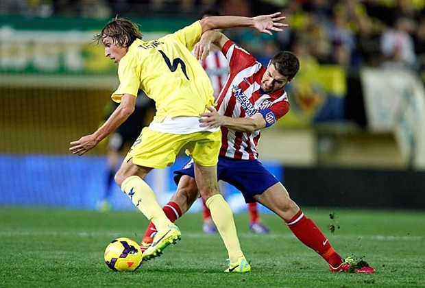 Atlético-Villarreal, Pina y Gabi luchan por un balón en el centro del campo