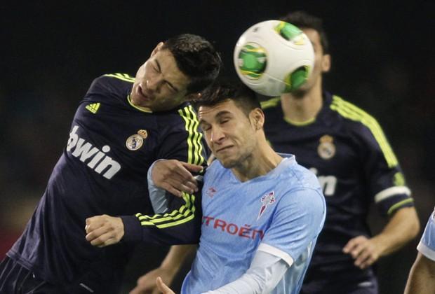 Cristiano Ronaldo y Hugo Mallo luchan por un balón áereo
