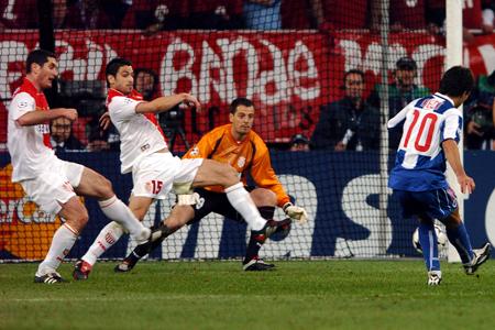 Gol de Deco para poner el 2-0 para el Porto ante Mónaco (Foto: gentileza de http://puretasdelestadio.wordpress.com)