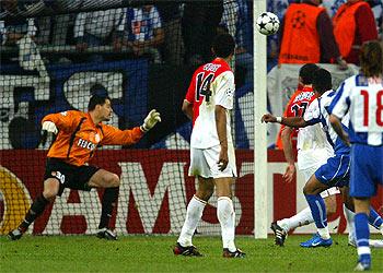 Ya partió el disparo de Carlos Alberto para abrir el marcador en la final de Alemania (Foto: gentileza de elpais.es)
