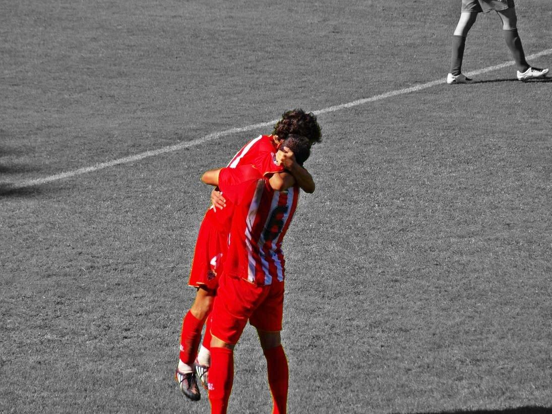 Abrazo jugadores futbol