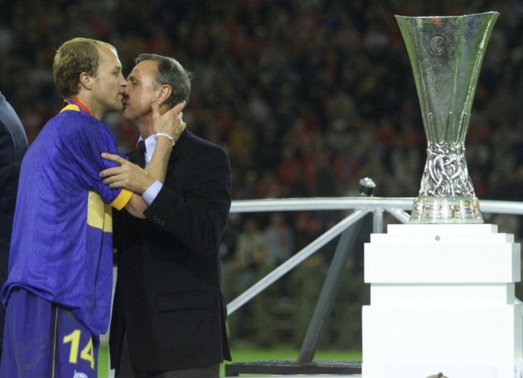 Jordi Cruyff consolado por su padre