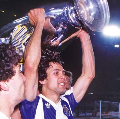Madjer levantando la Copa de Europa que ganó con el Oporto en 1987  (Foto: forums.roro44.net)