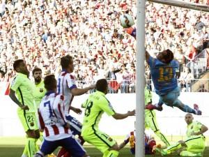 Claudio Bravo y la atajada de la tarde ante el Atlético de Madrid