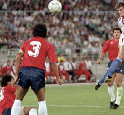 El checoslovaco Tomas Skuhravy marca un gol a Costa Rica en los octavos del Mundial de Italia'90.