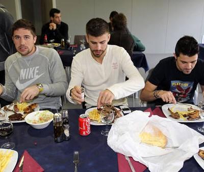 Futbolistas comiendo